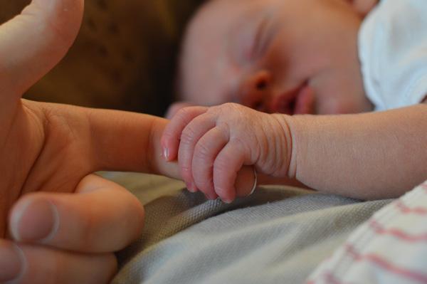 baby-hand-mum-600x400.jpg